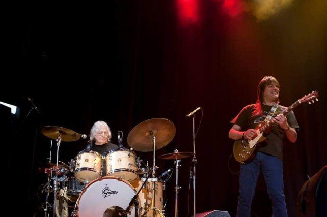 En Lavardén. García toca la batería de Pupe Barberis, mientras el Bonzo rockea a su lado y no lo puede creer.