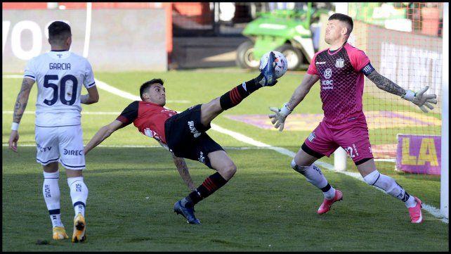 Garro anticipa al arquero de Talleres y envía el centro que Cristaldo convierte en el tercer gol de Newell