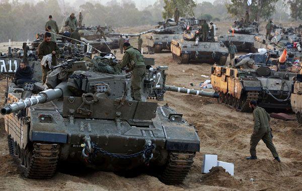 El ejército israelí comenzó a retirar ayer blindados de la zona limítrofe con la franja de Gaza.