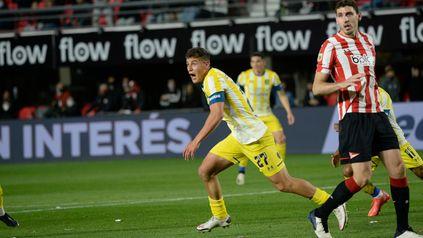Gino Infantino celebra el primer gol ante Estudiantes.