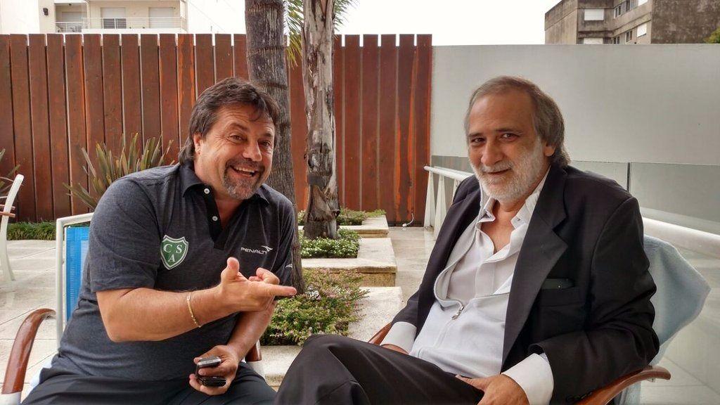 El DT Ricardo Caruso Lombardi y el expresidente de Newells Eduardo López.