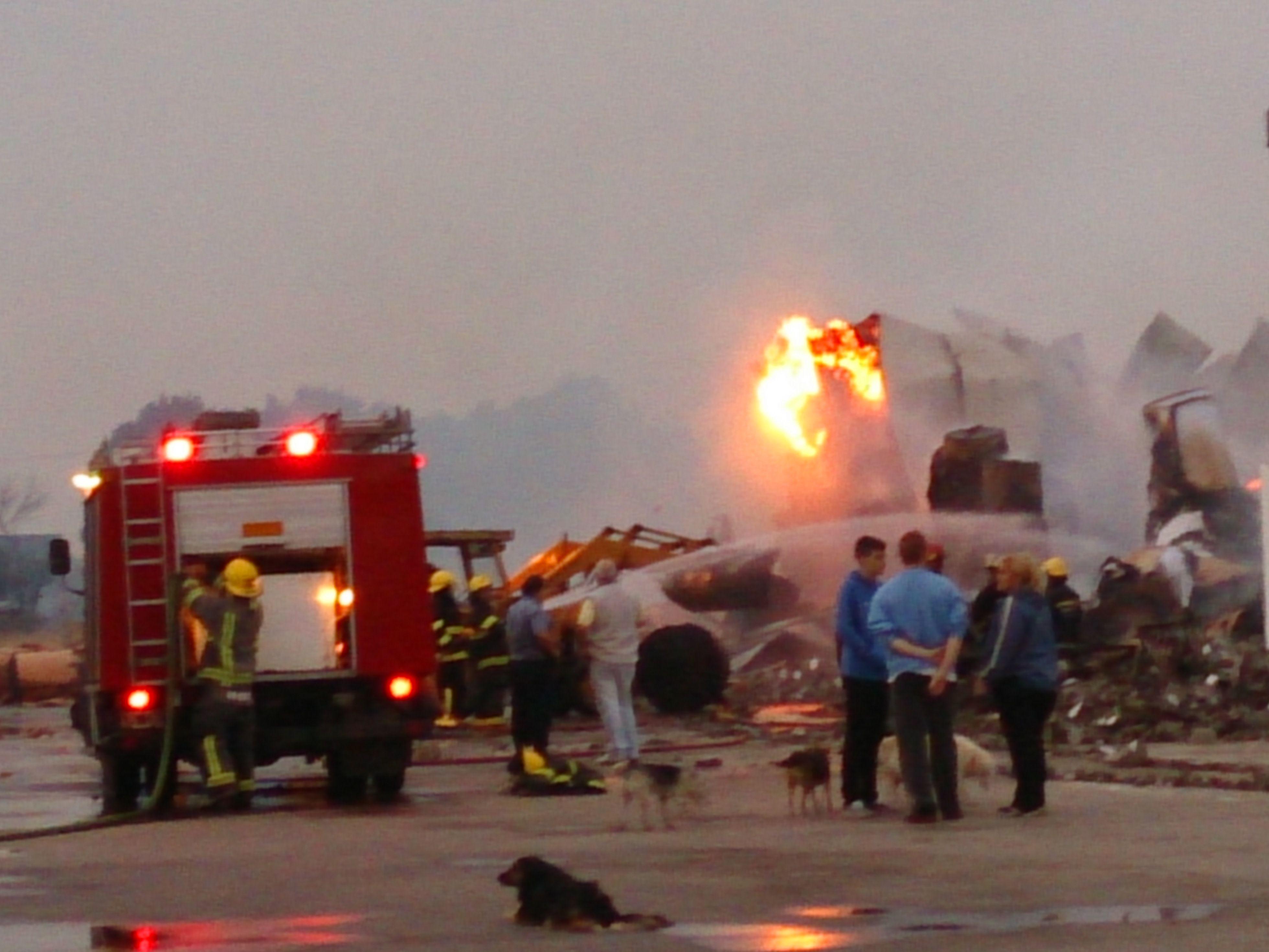 El incendio se desató esta madrugada en Capitán Bermúdez. (Foto: C. Mutti))