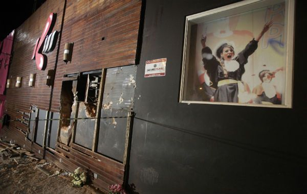 Trampa. La discoteca Kiss tenía una salida. Los bomberos abrieron huecos en las paredes para sacar a los atrapados.
