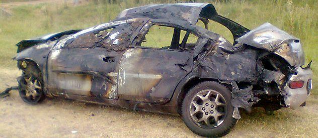 Incendiado. El Chrysler Neon en el que huía uno de los maleantes tumbó y se quemó. El chofer resultó herido.