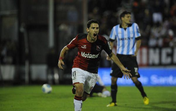 Maxifestejo. Rodríguez acaba de sacudir la red de Saja y sale a gritar su alegría. (foto: Héctor Rio)