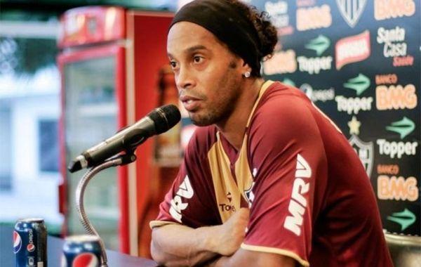 Ronaldinho salió a una rueda de prensa del Atlético Mineiro con dos latas de Pepsi. (Facebook/ Atlético Mineiro)