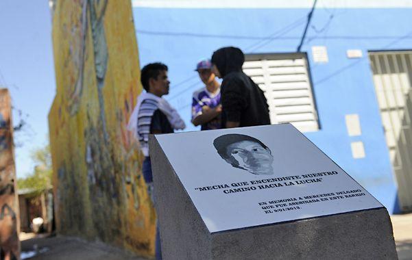 Recuerdo. Todo ocurrió frente al monolito que rememora a Mercedes Delgado.