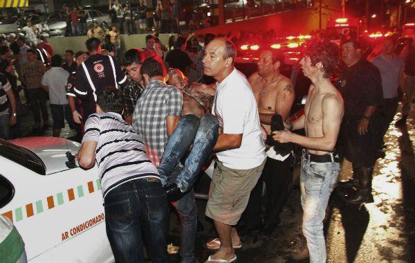 Solidarios. Numerosas personas se sumaron a la policía y los bomberos para rescatar y asistir a los heridos.