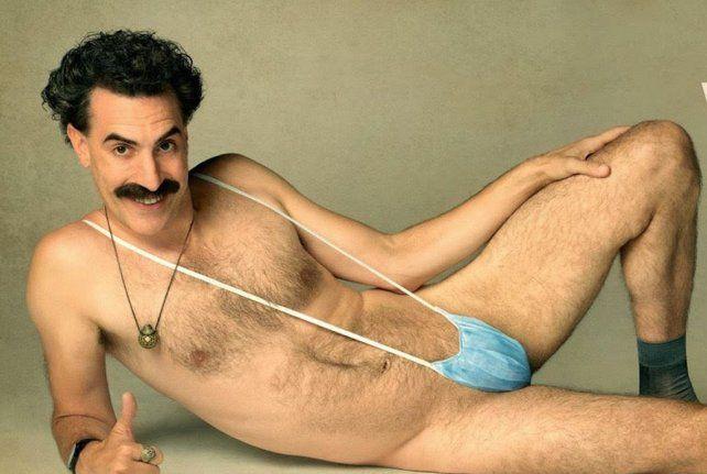 Baron Cohen con el barbijo como taparrabos, una de las imágenes promocionales del filme.