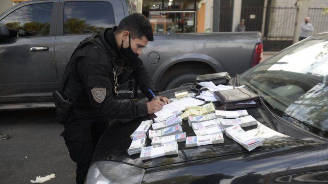 Personal policial realizó el conteo del dinero secuestrados por los delincuentes.