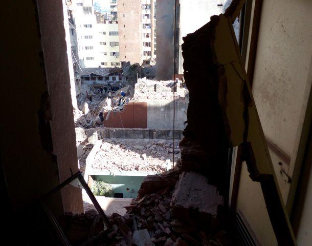 Bomberos siguen trabajando en el lugar de la tragedia. (Foto: A. Amaya)