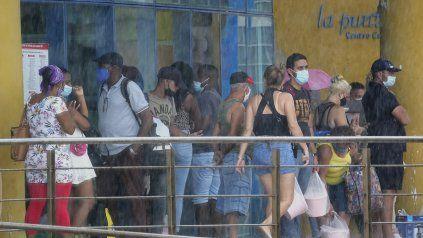 Una tienda estatal en la que hasta ahora se podía comprar con dólares productos esenciales que escasean en Cuba.