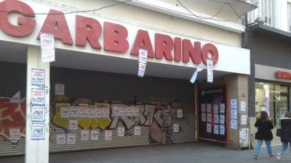 Garbarino no abre sus puertas para no pagar salarios, rezan los carteles en la puerta del local de peatonal Córdoba.