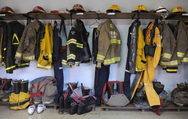 Antiflama. Los trajes especiales están siempre preparados para ser usados ante la emergencia. (Foto: S. Salinas)