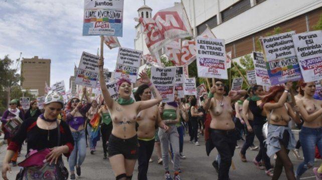 Trelew. Militantes feministas y proaborto recorrieron las calles durante el 33º Encuentro Nacional de Mujeres.