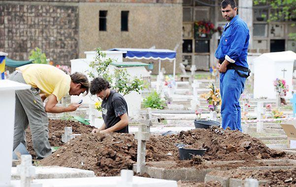HUELLAS. Los investigadores forenses realizan excavaciones en La Piedad.