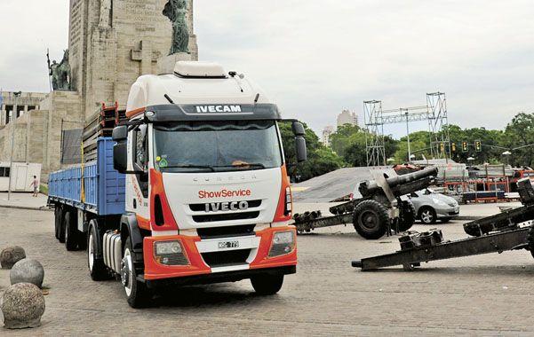 Preparativo. El podio donde pasarán todos las máquinas se arma frente al Monumento. (foto: Sergio Toriggino)