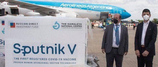 El arribo de uno de los pocos cargamentos de la vacuna. Sobre 5 a 10 millones de dosis prometidas solo han llegado 880.000.