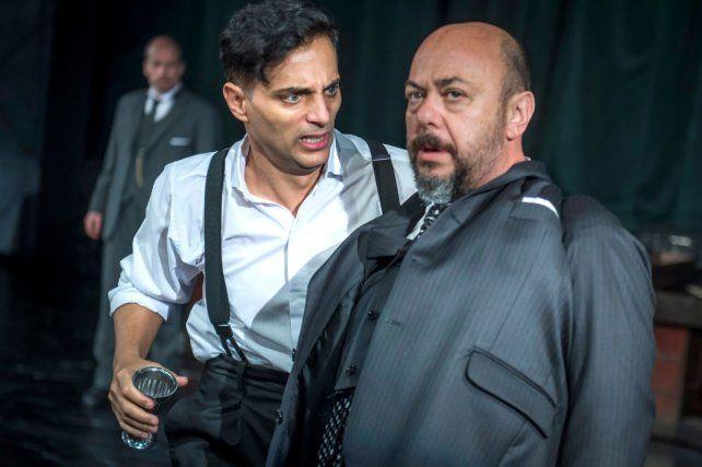 """FOTO: Gentileza CTBA – Carlos Furman. Luis Ziembrowski junto a Joaquín Furriel en una escena de Hamlet. Esta obra fue parte del programa """"Teatros accesibles"""". Contó con recursos de audiodescripción"""