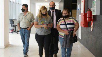 Familiares de Carlos Orellano ingresan a la sala de audiencias del Centro de Justicia Penal.