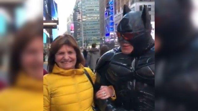 Patricia Bullrich cantó vamos a volver con Batman en Nueva York