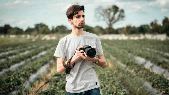 """Martin Nieto tiene 23 años y es autor de """"Los frutilleros"""", un registro fotográfico sobre la cosecha de furtillas en Coronda."""