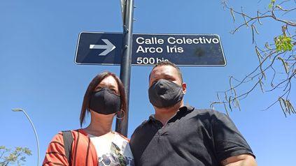 Emiliano Moyano y Eva Iglesias, la primera pareja trans que pudo casarse en Rosario, en la flamante calle Colectivo Arco Iris.