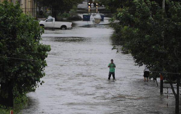 Un río. La imagen fue elocuente. Una de las calles de Fisherton lucía como un río a fines de diciembre