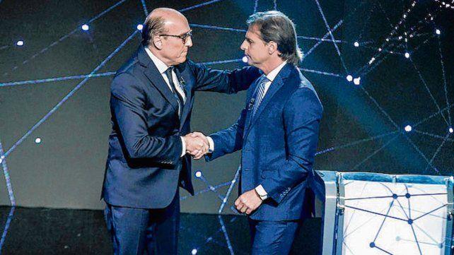 Debate. Martínez y Lacalle Pou se saludan al iniciar el debate televisivo.