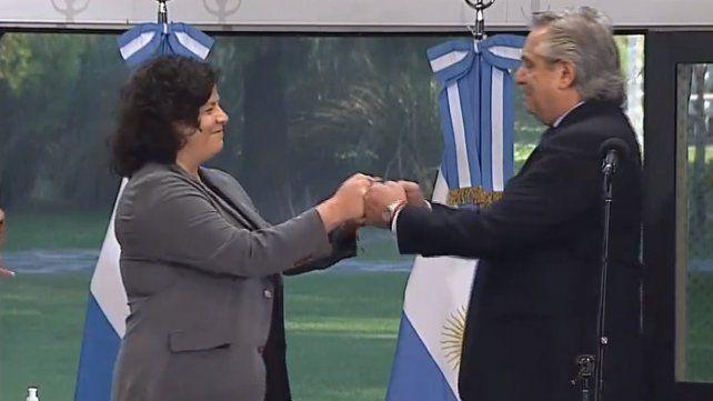 Vizzoto y el presidente Alberto Fernández chocan sus manos tras la jura de la exsecretaria de Acceso a la Salud como nueva ministra de la cartera sanitaria.