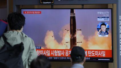 Habitantes de Seúl observan en una pantalla el lanzamiento de uno de los misiles norcoreanos.