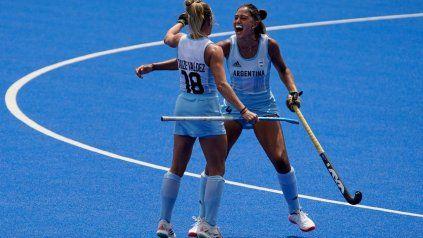 Valentina Raposo marcó el tercero de Argentina ante Alemania, de córner corto, y lo celebra en primera instancia con la tucumana Vicky Sauze.