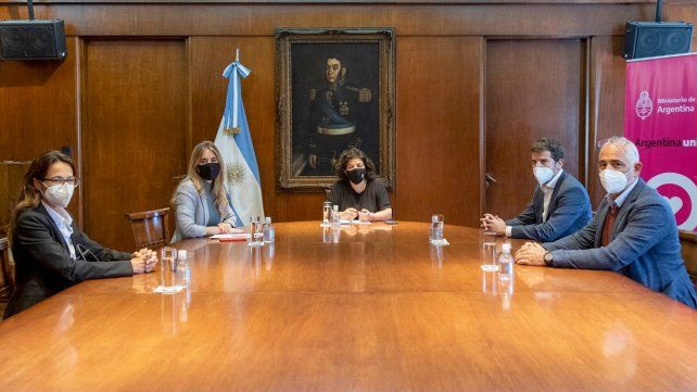 Casa Rosada. La ministra de Salud y la asesora presidencial Cecilia Nicolini frente a los ejecutivos locales de la farmacéutica internacional. .