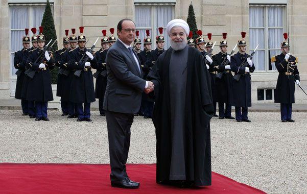 Hollande recibió a Rohani con todos los honores. Los exiliados recordaron a las víctimas. (AP)