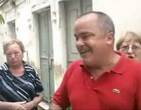 Carlos Comi abre la puerta de su casa con la esperanza de seducir a los votantes