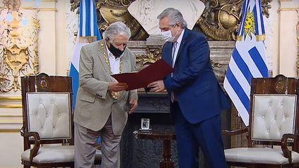 José Pepe Mujica y Alberto Fernández, en la entrega de la distinción al ex presidente uruguayo.