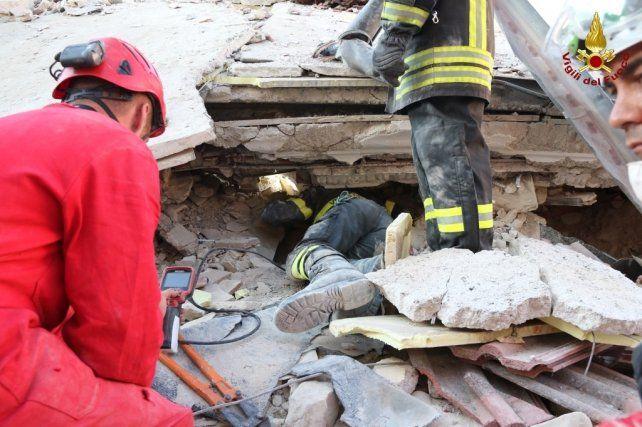 contrarreloj. Los rescatistas buscan sobrevivientes entre los escombros.