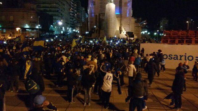 Los hinchas xeneizes festejan en el Monumento a la Bandera.