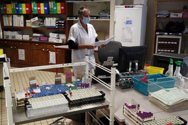 Un laboratorio procesa muestras de hisopados de test PCR en París.
