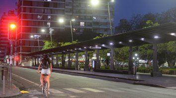 En el anochecer del primer día de paro de choferes, las dársenas de la plaza Sarmiento se vieron despobladas.