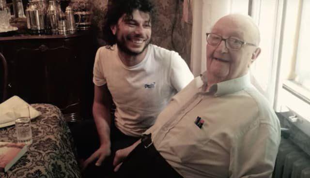 El director del filme, Sydney Sibilia, (izquierda) con el verdadero Giorgio Rosa, en 2017, poco antes del fallecimiento del ingeniero italiano.