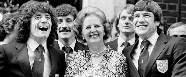 Thatcher es besada por la estrella Kevin Keegan y Emlyn Hughes (no fue al Mundial)