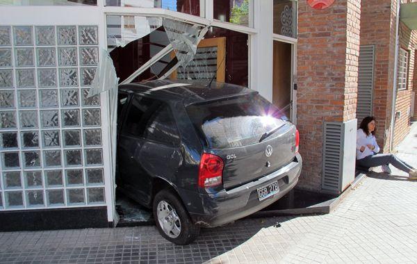 El Volkswagen Gol terminó su recorrido en la fachada de una inmobiliaria. (foto: Alfredo Celoria)