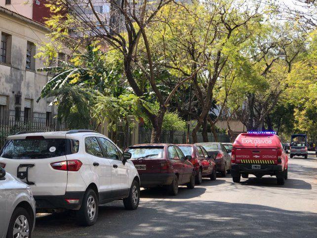La camioneta de explosivos apostada frente al edificio del ex Nacional 1.