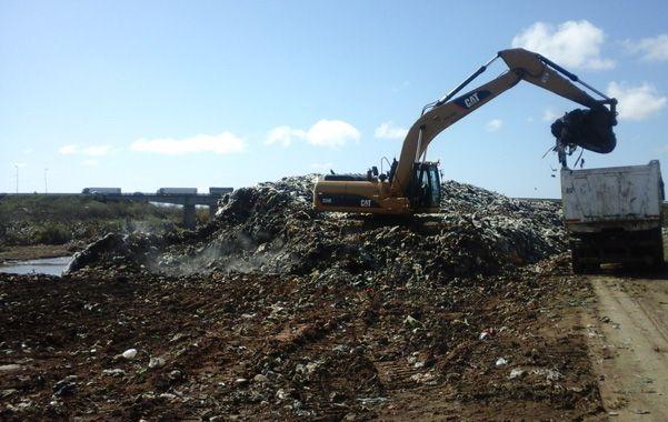 A la vera del arroyo Saladillo. Hace cuatro meses que las máquinas reordenan los desechos para convertir en el futuro el basural en un relleno sanitario.