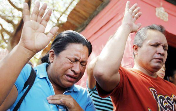Conmoción.  Familiares de los más de mil presos lloran y rezan frente al penal de Uribana.