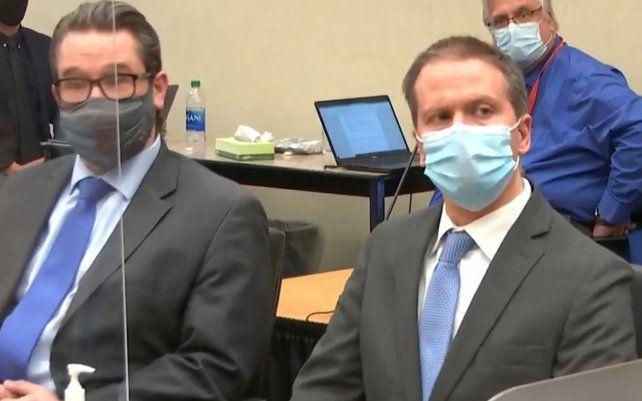 Captura del video del momento en que Derek Chauvin (derecha) ha sido declarado culpable de todos los cargos de asesinato por la muerte del afroamericano George Floyd