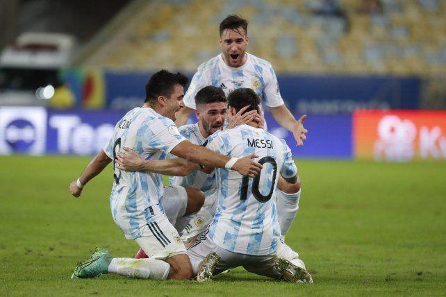 El rosarino Lionel Messi celebra con sus compañeros vencer a Brasil 1-0 en la final de la Copa América en el estadio Maracaná de Río de Janeiro, Brasil, el sábado 10 de julio de 2021 (AP Photo / Bruna Prado