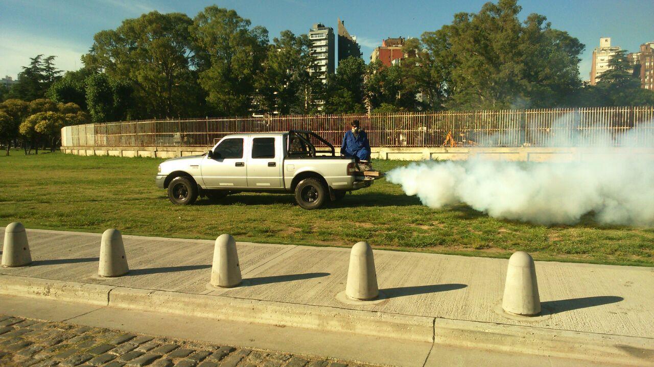 Fumigación. El equipo de vectores de la Municipalidad trabaja en el control de plagas.
