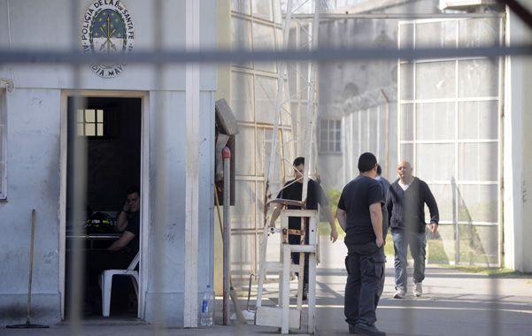 Retenidos. Los presos se dispersaron por un patio pero no llegaron al muro.